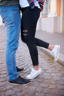 Momento romântico de casal na cidade