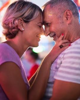 Momento romântico de pessoas em close-up
