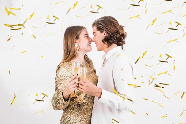 Momento romântico do casal antes do beijo