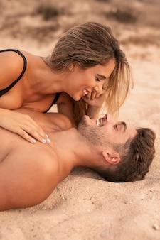 Momento romântico entre o jovem casal