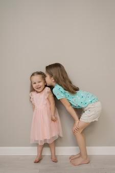 Momentos alegres das irmãs no fundo bege