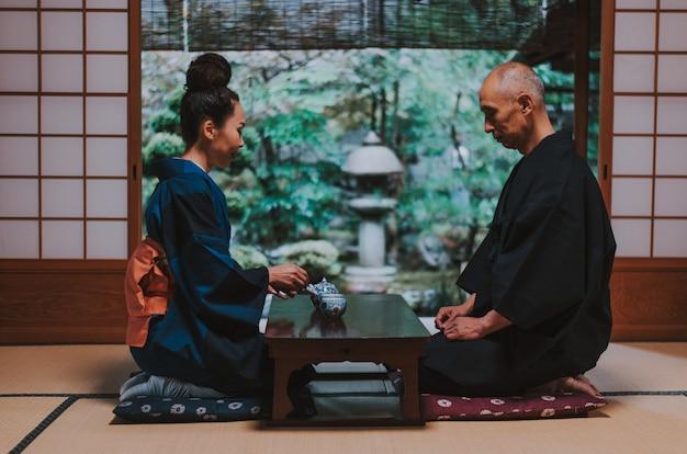 Momentos de estilo de vida de casal sênior em uma casa tradicional japonesa