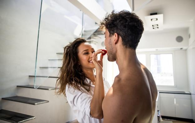 Momentos de estilo de vida jovem casal em casa