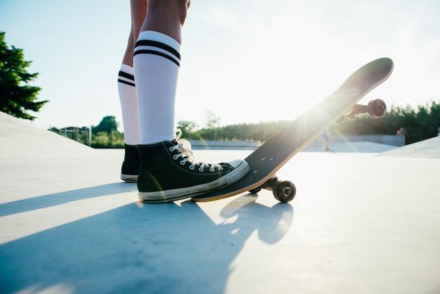 Momentos de estilo de vida linda garota skatista em um skatepark