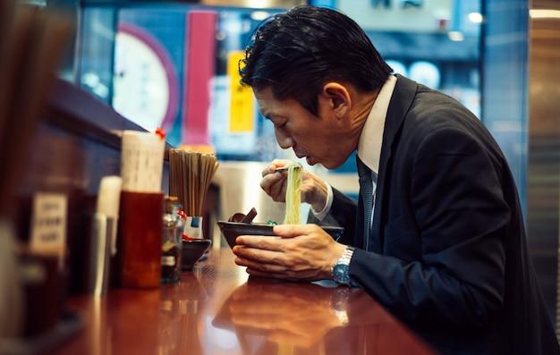 Momentos de homem de negócios sênior nas ruas de tóquio