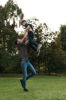 Momentos de pai e filho passam o tempo ao ar livre