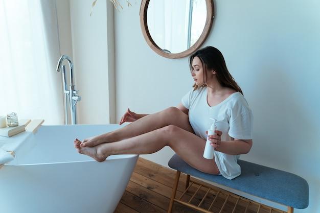 Momentos do estilo de vida de uma jovem em casa. mulher passando um tempo no banheiro cuidando de si mesma