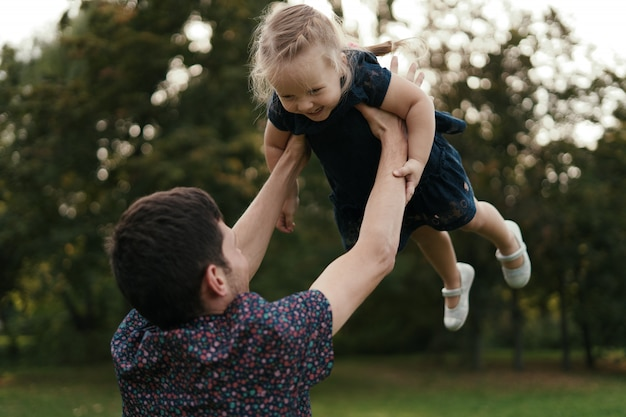 Momentos do pai e da filha que passam o tempo na natureza