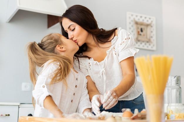 Momentos em família mãe e filha beijos