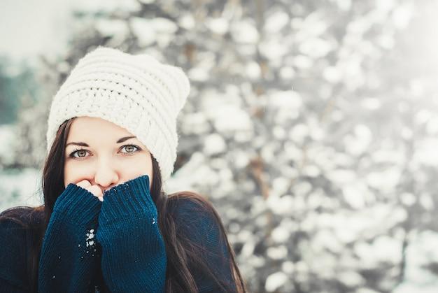Momentos felizes de inverno de jovem alegre com longos cabelos morenos