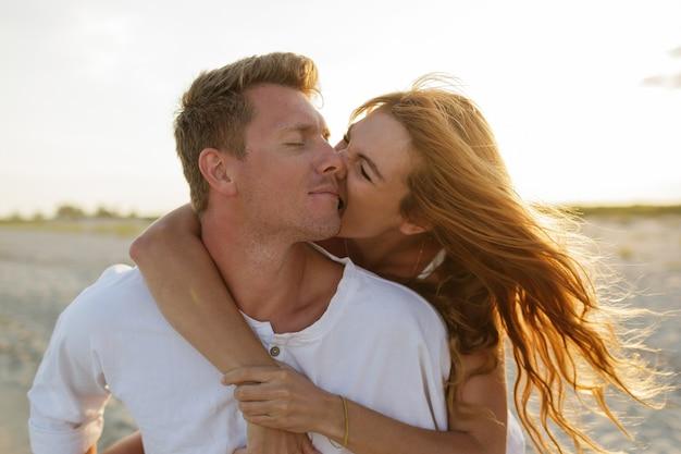 Momentos românticos de feliz casal europeu apaixonado desfrutando de férias tropicais na praia.