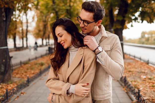 Momentos românticos. feliz lindo casal apaixonado, brincando e se divertindo no incrível parque de outono.