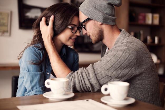 Momentos românticos para jovem casal