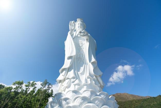 Monastério budista chinês de guanyin em tung tsz. muitos dos fundos do edifício do monastério foram doados pelo magnate local do negócio.