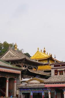 Monastério kumbum, templo ta'er um monastério do budismo tibetano no condado de huangzhong, xining qinghai china.
