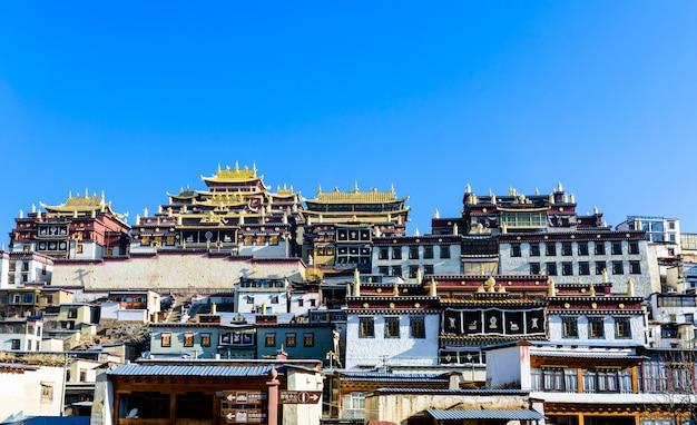 Monastério tibetano no la de shangri, china.