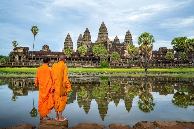 Monge asiático fica e olha para angkor wat em siem reap