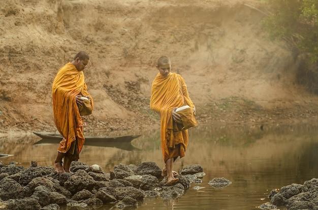 Monge budista novato da estátua de buda na tailândia