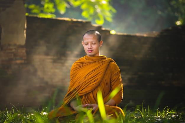 Monge na meditação do budismo