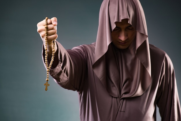 Monge no conceito religioso em fundo cinza