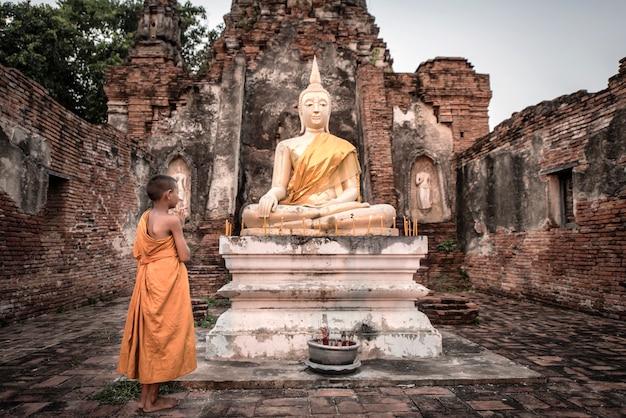 Monge noviço na tailândia