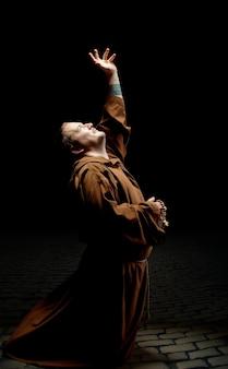 Monge pedindo ajuda a deus