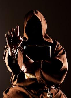 Monge que prega mistério com a bíblia