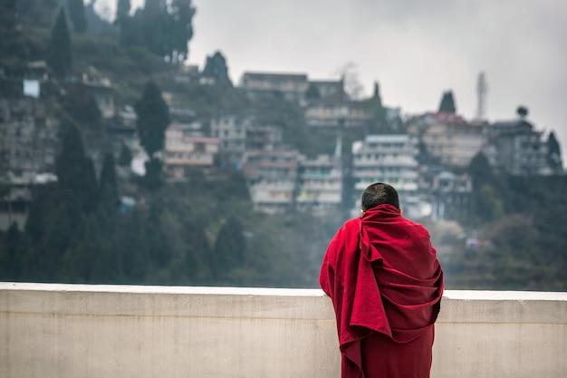 Monge vestindo túnica vermelha