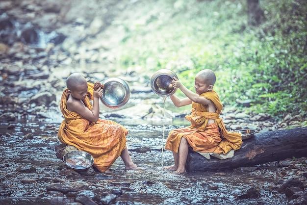 Monges budistas de crianças na tailândia