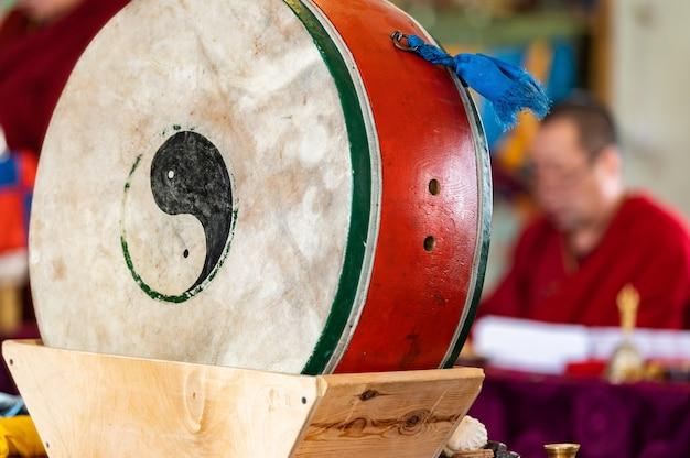 Monges budistas estão lendo mantras