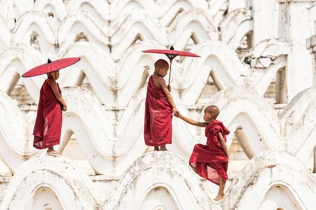 Monges novatos budistas birmaneses em mianmar