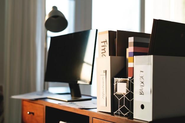 Monitor computador, ligado, tabela madeira