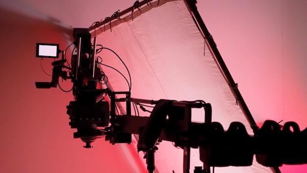 Monitor de câmera de vídeo de alta definição 4k no tripé ou guindaste em estúdio e softbox de papel