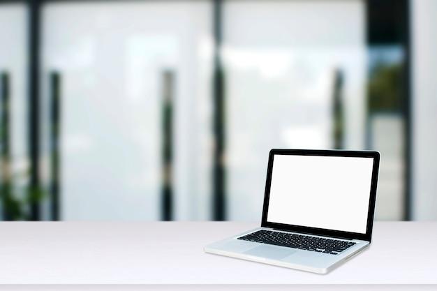 Monitor de computador isolado na tela branca na mesa de estilo de escritório.