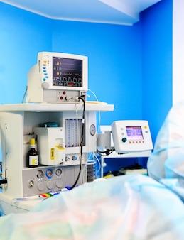 Monitor de eletrocardiograma durante a cirurgia na sala de operação