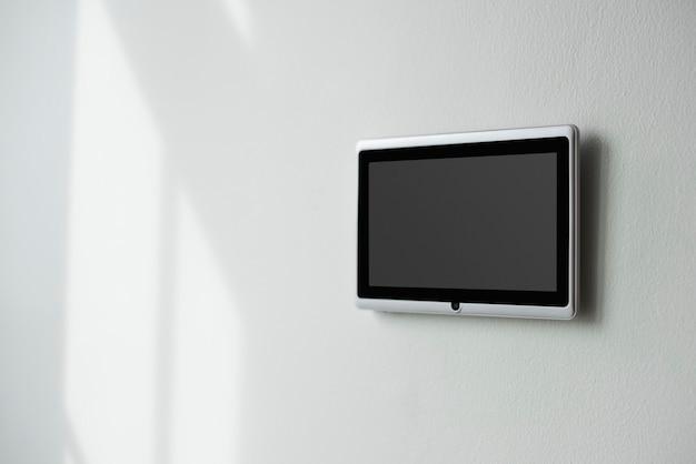 Monitor de painel da tela inicial inteligente em uma parede