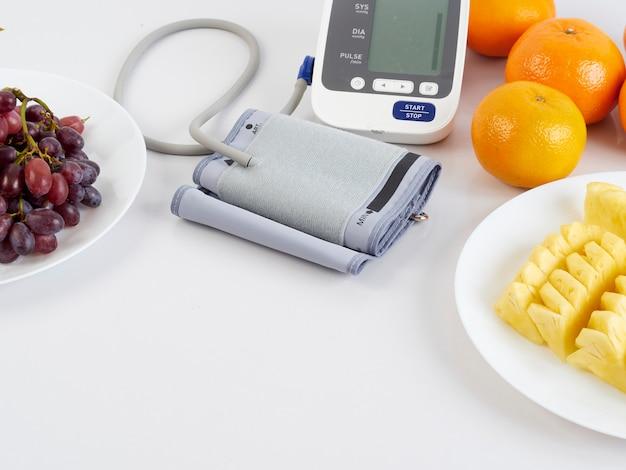 Monitor de pressão arterial e frutas