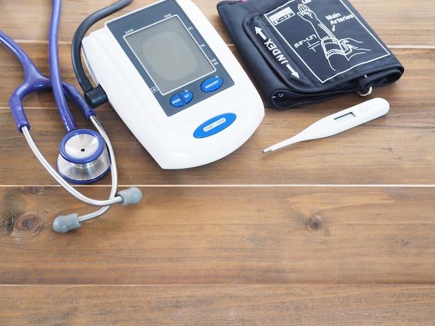 Monitor de pressão arterial, estetoscópio e termômetro