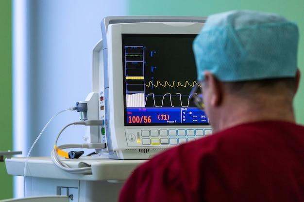 Monitor de sinais vitais na sala de cirurgia