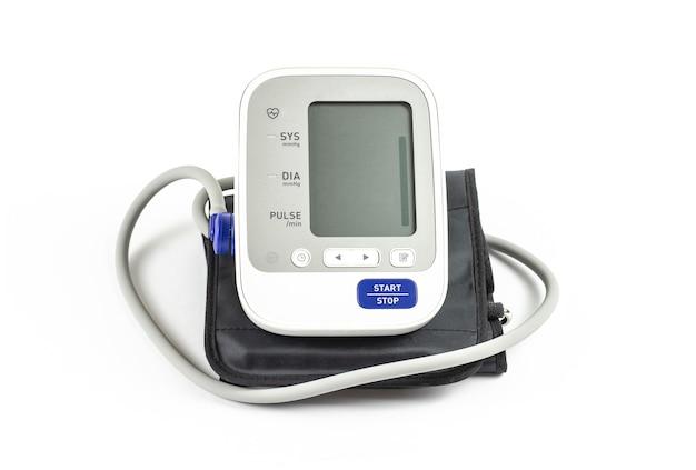 Monitor digital de pressão arterial automático em um branco.