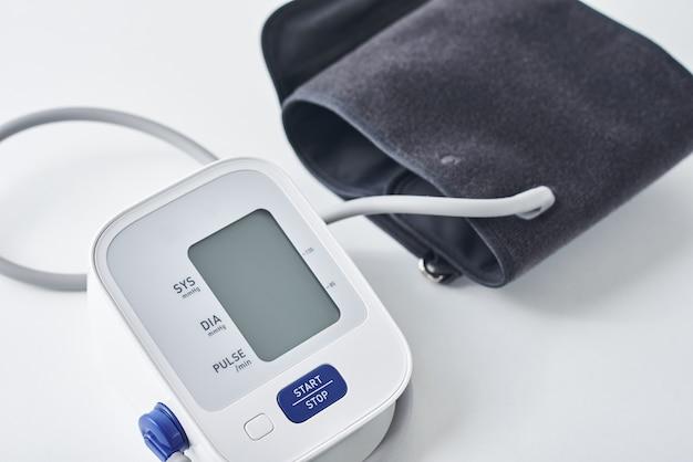 Monitor digital de pressão arterial na mesa
