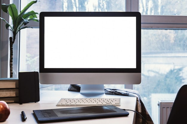 Monitor na mesa, tela em branco, maquete