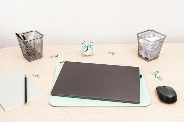 Monitoramento de laptop e tempo com material de escritório