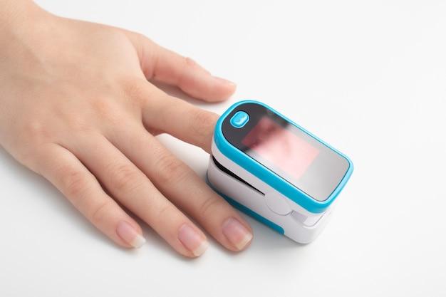 Monitorar a saturação de oxigênio com um dispositivo especial