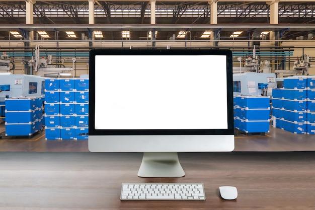 Monitore os dados de operação nos monitores de computador que trabalham na sala de controle na fábrica.