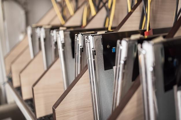 Monitores lcd tft e microcircuitos durante a produção de caixas de futuros supercomputadores poderosos com vídeo frutas. produção de conceito de computadores de mineração especializados