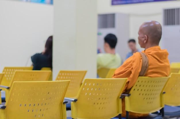 Monk sentado em uma cadeira amarela