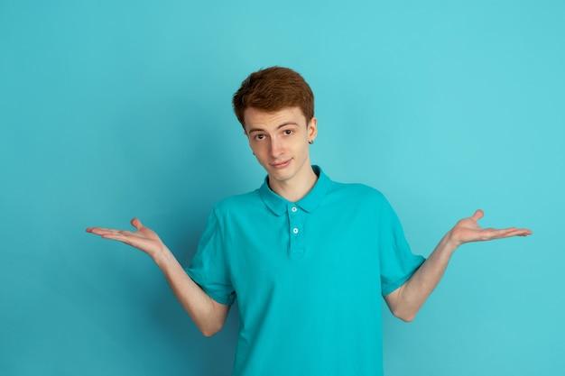 Monocromático retrato de jovem em fundo azul