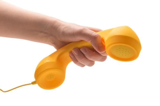 Monofone amarelo na mão da mulher isolado