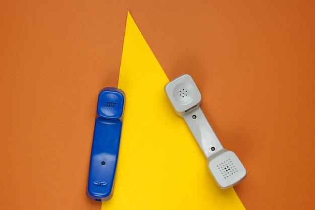 Monofone retrô em papel colorido com formas geométricas